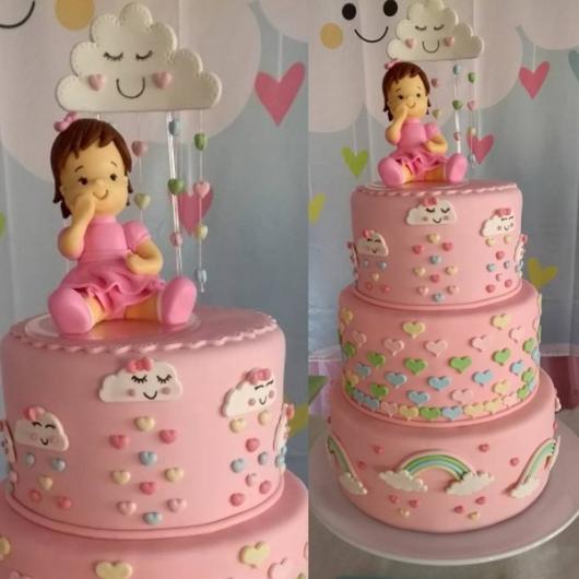 Bolo Chuva de Amor decorado com coraçõezinhos e pasta americana rosa claro
