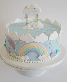 Bolo Chuva de Amor decorado com nuvens e arco- íris