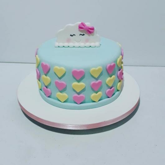Bolo Chuva de Amor decorado com pasta americana azul e corações rosa e amarelo