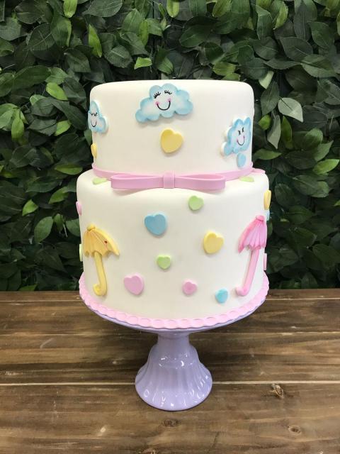 Bolo Chuva de Amor decorado com pasta americana branca e guardas chuva amarelos e rosas