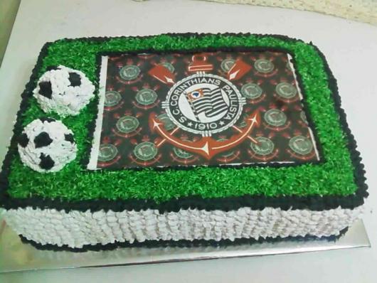 Lindo modelo que imita o campo de futebol, com bolas e um papel de arroz com o escudo do time