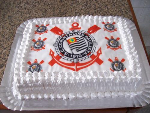 Bolo branco com o escudo do Corinthians em total destaque