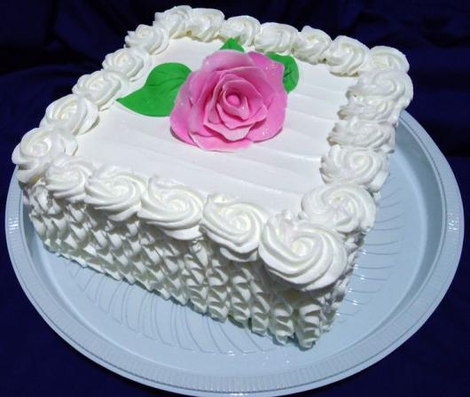 Como Fazer Bolo de Aniversário decorado com chantilly branco e flor no topo