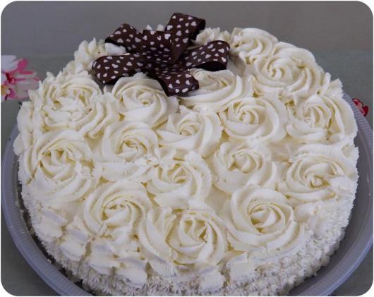 Como Fazer Bolo de Aniversário decorado com chantilly branco