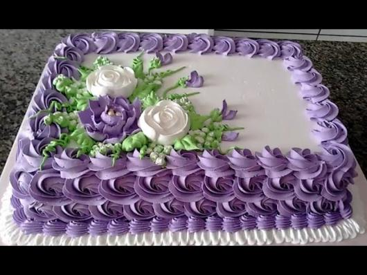 Como Fazer Bolo de Aniversário decorado com chantilly branco e lilás