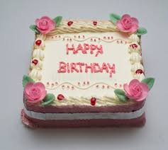 Como Fazer Bolo de Aniversário decorado com chantilly rosa e aplique de flores