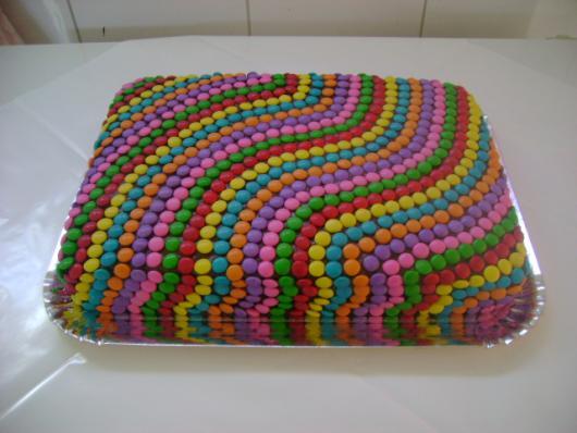 Como Fazer Bolo de Aniversário decorado com confetes coloridos