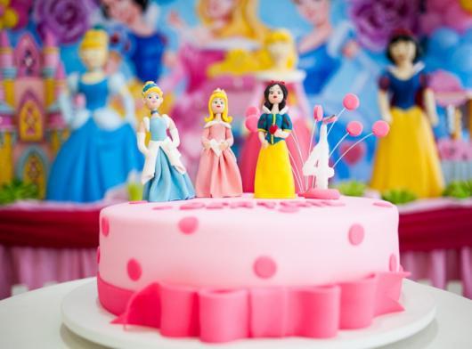 Como Fazer Bolo de Aniversário decorado com pasta americana e topo das Princesas