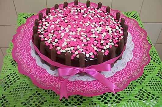 Como Fazer Bolo de Aniversário decorado com kit kat e confetes de coraçãozinhos rosas