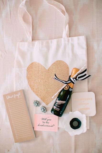 convites de noivado criativos com champanhe