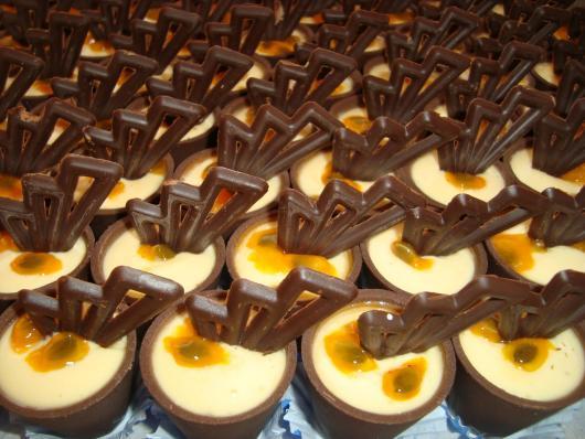 Copinho de Chocolate com mousse de maracujá e escultura de chocolate
