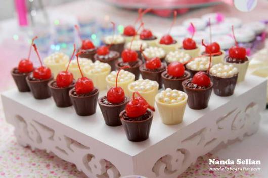 Copinho de Chocolate com cereja e pérolas comestíveis