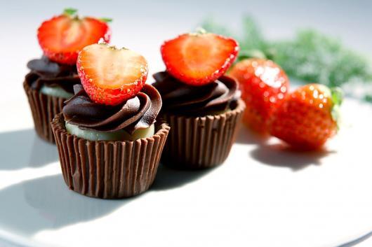 Copinho de Chocolate redondo com morango e mousse de chocolate