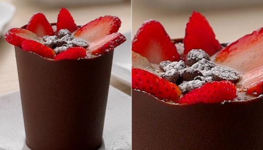 Copinho de Chocolate com morango e açucar polvilhado