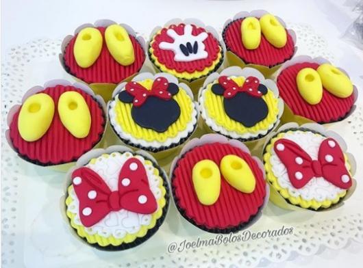 decoração vermelha e amarela
