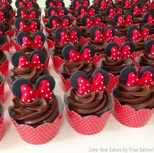 cupcake chocolate Minnie vermelha