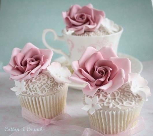 Cupcake para Casamento com decoração rosa e branca