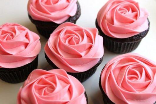 Cupcakes Decorados com rosa de chantilly