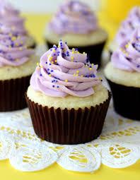 Cupcakes Decorados com chantilly lilás
