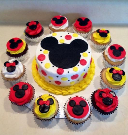 Cupcakes Decorados do Mickey amarelo, vermelho, preto e branco