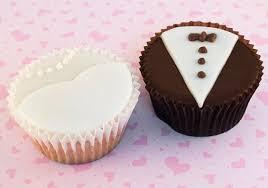 Cupcakes Decorados para noivado detalhe no formato de roupa dos noivos