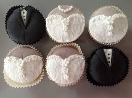 Cupcakes Decorados para noivado aplique de pasta americana na forma de roupa de noiva e noivo