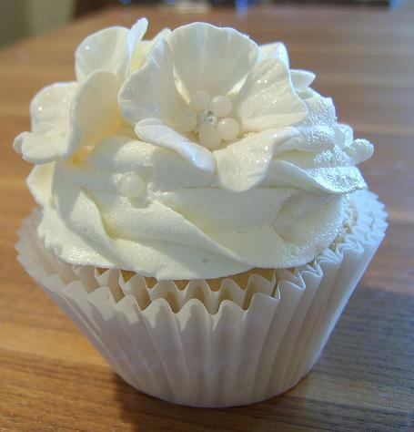 Cupcakes Decorados para noivado com flor de açucar branco