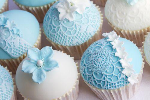 Cupcakes Decorados para noivado azul com detalhe de renda