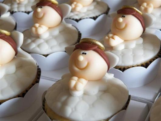 Cupcakes Decorados para batizado com aplique de anjinho de pasta americana