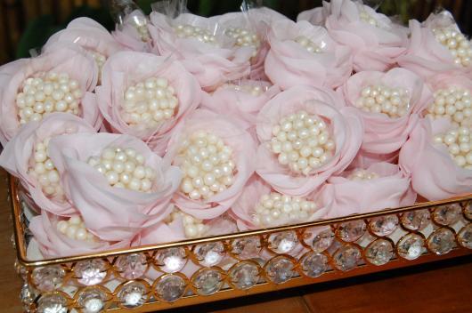 Doces para Casamento beijinho dentro de forminha no formato de flor com pérolas comestíveis