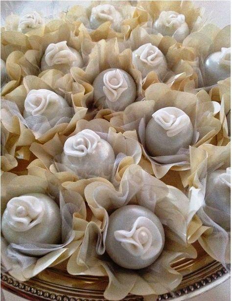 Doces para Casamento gourmet turfas brancas com aplique de rosinha no topo
