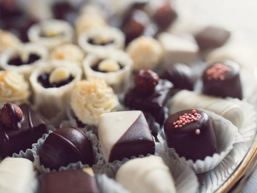 Doces para Casamento simples bombom de chocolate branco e preto