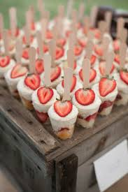 Doces para Casamento rústico copinho com mousse de morango