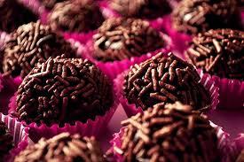 Doces para Casamento simples brigadeiro com chocolate granulado