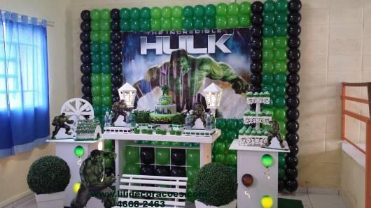 Festa do Hulk decoração provençal com painel de balões verde e preto