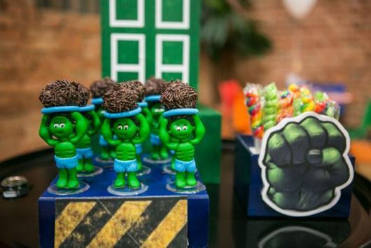 Festa do Hulk decoração baby com enfeites de biscuit no formato do personagem