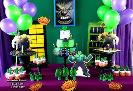 Festa do Hulk decoração com toalha de mesa roxa e painel verde de tecido