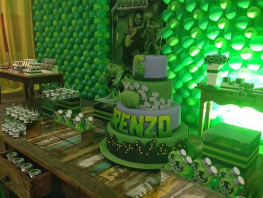 Festa do Hulk decoração com painel de balões verdes e bolo fake verde