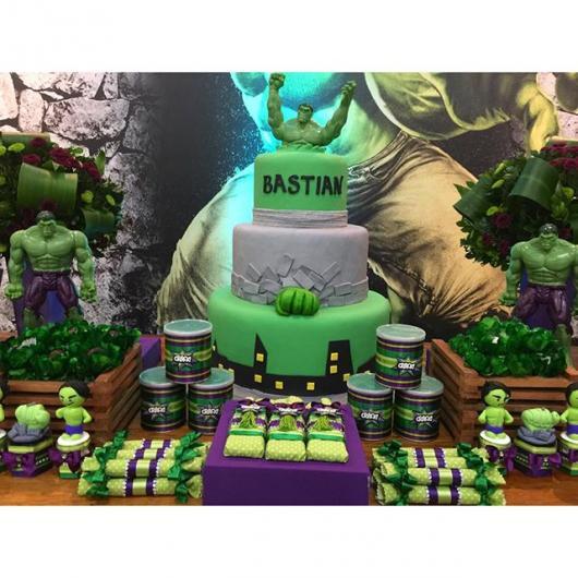 Festa do Hulk decoração com painel personalizado e mesa principal rústica
