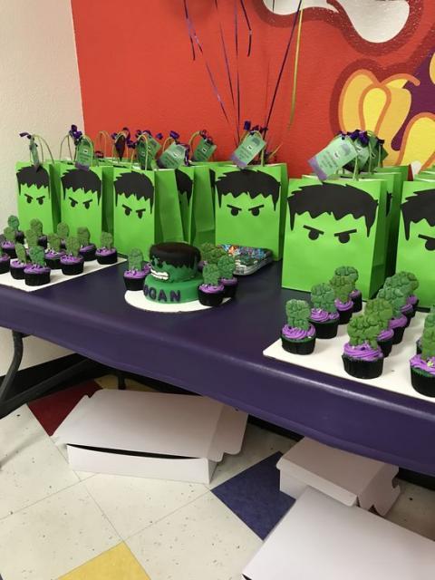 Festa do Hulk decoração com mesa de lembrancinhas