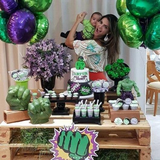Festa do Hulk decoração com balões e escultura do punho do Hulk na mesa