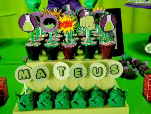 Festa do Hulk decoração com bandejas de doces