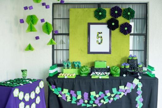 Festa do Hulk decoração simples com flores de papel crepom