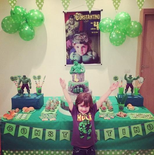 Festa do Hulk decoração simples com painel de lona e bexigas verdes