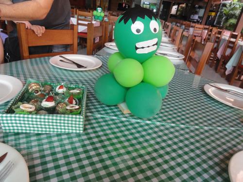 Festa do Hulk decoração simples com centro de mesa feito com bexigas