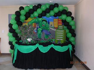 Festa do Hulk decoração simples com arco de balões verde e preto