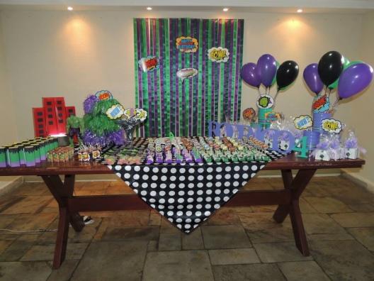 Festa do Hulk decoração simples com painel de fitas roxo e verde
