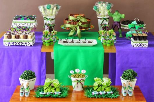 Festa do Hulk decoração simples com mesa decorada com TNT verde e roxo