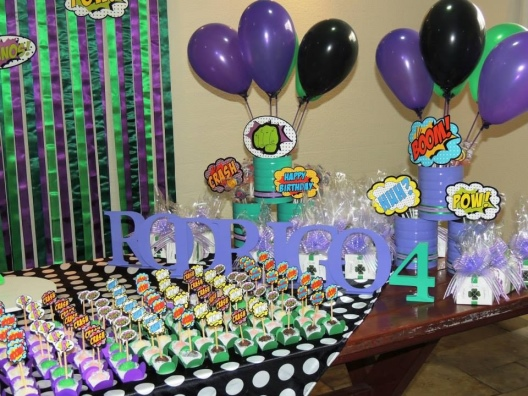 Festa do Hulk decoração simples com letras de MDF na mesa