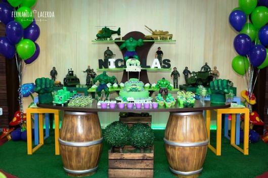 Festa do Hulk decoração simples com móveis provençais laranjas